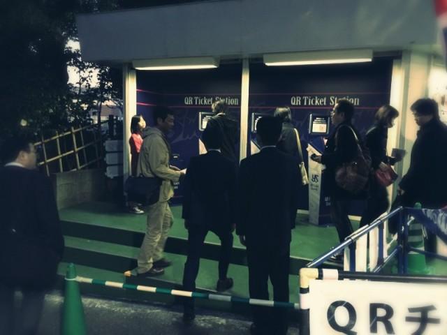 神宮に新しくできたQRチケットコーナー。映画館みたいに、事前にWEBで席を予約して現地で発券します。