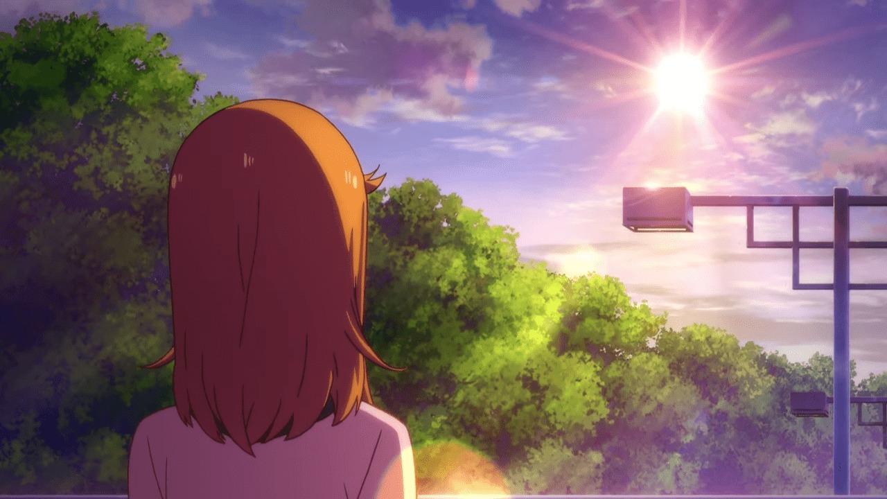 歩道橋の上で朝日が登るのを見つめる澁谷かのん